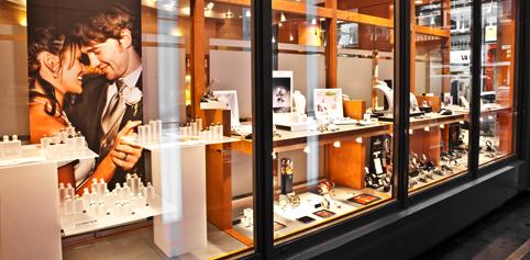 Aufnahme vom Schaufenster von Juwelier Hilgers