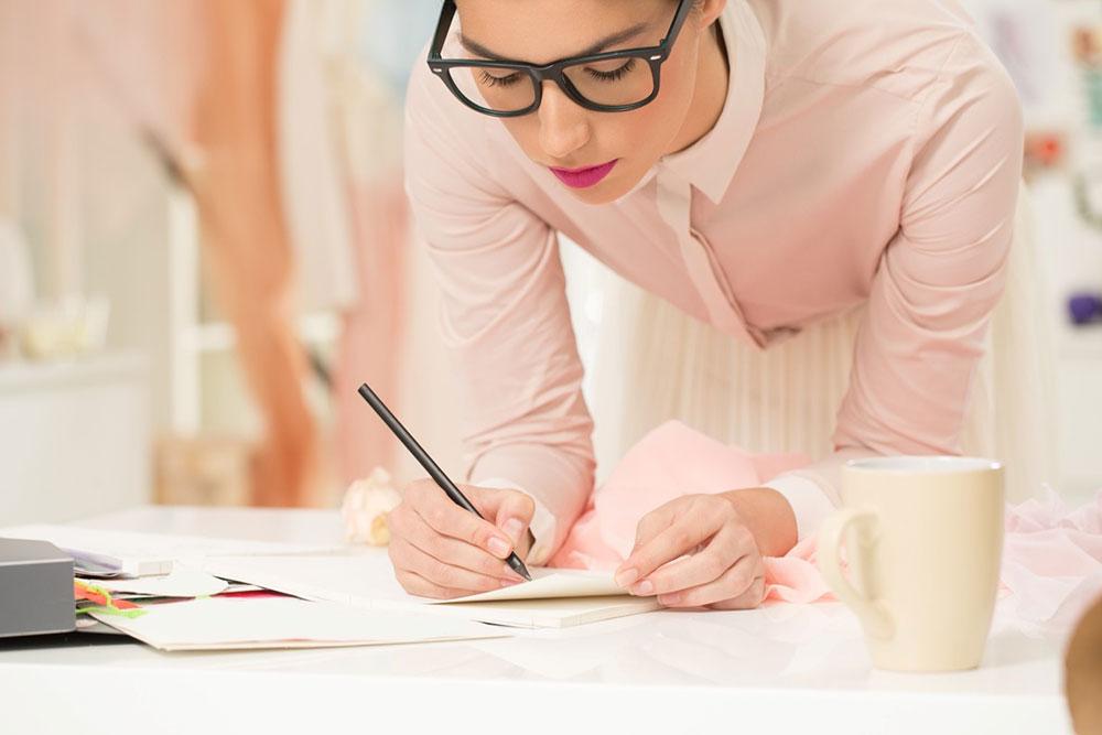 Designerin zeichnet ein Bronzallure Schmuckstück | Juwelier Hilgers Essen