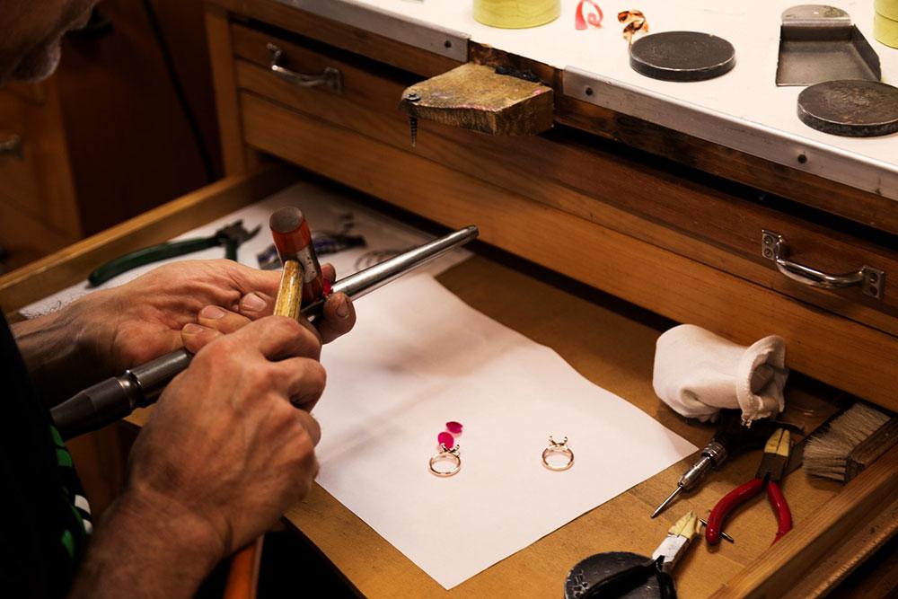 Goldschmied bearbeitet ein Bronzallure-Schmuckstück | Juwelier Hilgers Essen